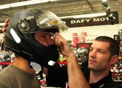 Подбираем размер шлема - засовываем палец