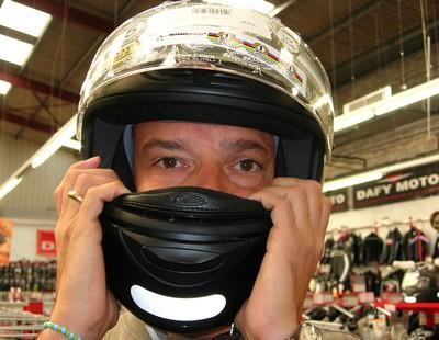 Выбираем шлем - проверяем фиксацию шлема на голове, двигаем влево-вправо